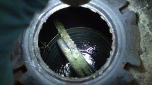 Vista superior de un acumulador sucio